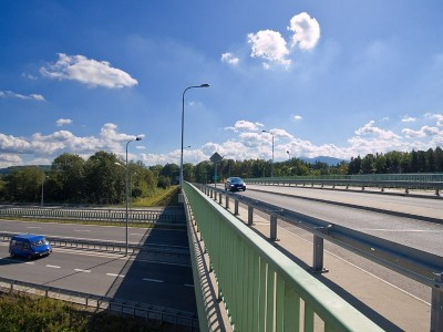Сравнение пластиковых и металлических дорожных ограждений