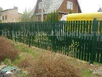 Зеленый забор из металлического штакетника