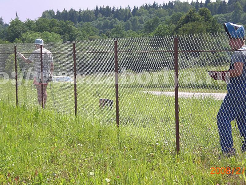 Забор сделанный из сетки рабицы своими руками 437